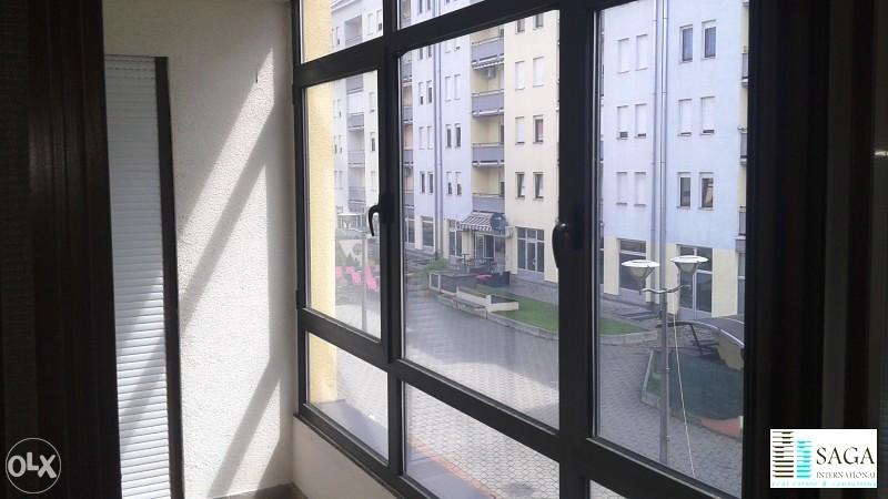 Pogled na ulicu iz poslovnog prostora