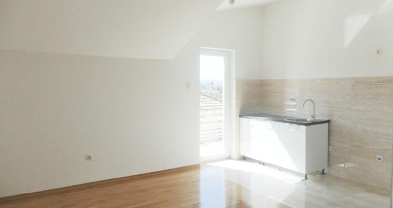 Prodaja dvosoban konforan useljiv stan s pogledom na grad Ada